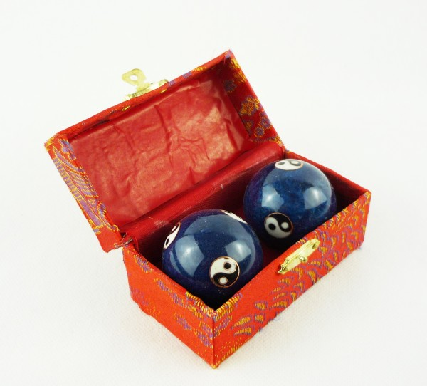 Berk Qi Gong Klangkugeln - Yin Yang blau in Brokatkästchen rot KH-922