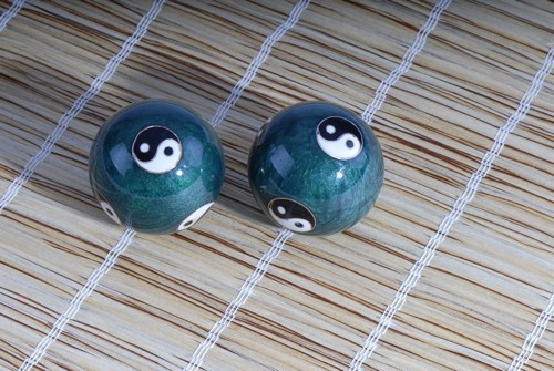 Berk Qi Gong Klangkugeln - Yin Yang grün in Brokatkästchen rot KH-925
