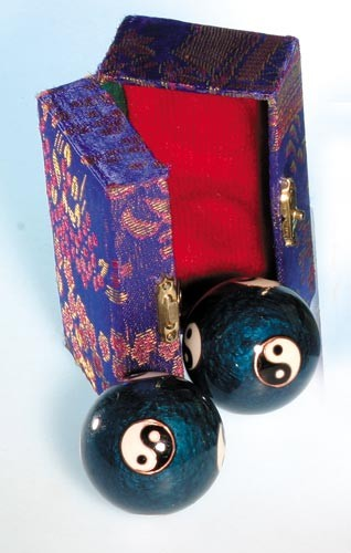 Berk Qi Gong Klangkugeln - Yin Yang blau in Brokatkästchen blau KH-922