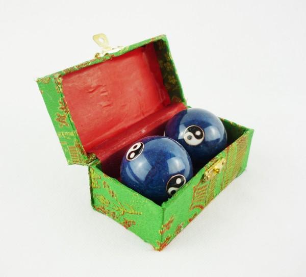 Berk Qi Gong Klangkugeln - Yin Yang blau in Brokatkästchen grün KH-922